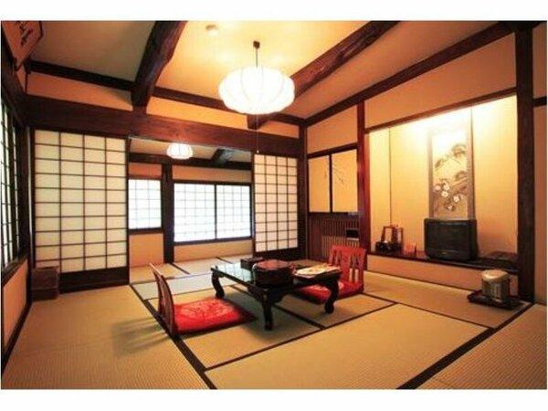 【一般客室】本間10帖と山を眺めながら季節の移り変わりを感じられる広縁のあるお部屋。