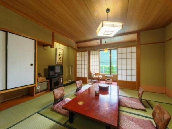 【和室10畳】ゆったりとなつかしい、純和風の趣あるお部屋です。