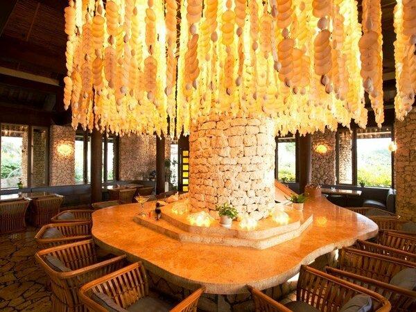 【バー・ムーンシェル】琉球石灰岩をふんだんに用い、約7,000枚もの貝殻で作られたシャンデリアが魅力