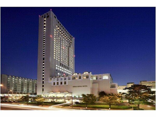 【ホテル外観(夜)】北九州の夜景を一望できる高層階客室からの眺望はおすすめ