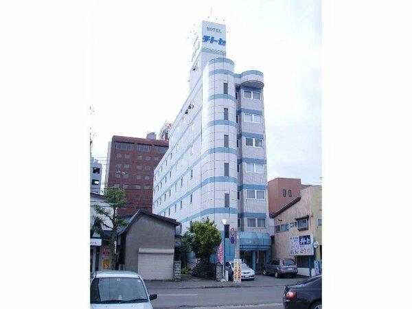 小さい建物ですが、7階建ての中には客室がたくさん!皆様をお待ちいたしております。