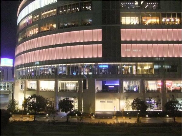 TOCみなとみらいビルは夜のライトアップがとてもキレイです。