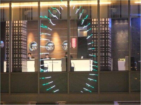 3階フロント階。ガラスに観覧車のイルミネーションが反射しています。