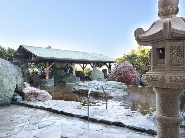 *【龍宮の湯:展望大浴場 外湯】和風の設えで温泉気分が味わえる「石組大露天風呂」。