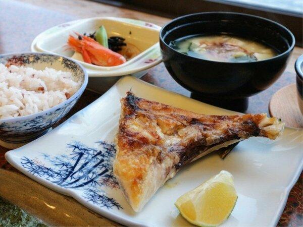 *【お料理】カンパチのカマの塩焼きがメインの和朝食です。