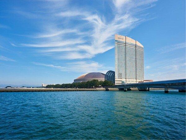 博多湾に臨むホテルは全室オーシャンビュー。海まで徒歩3分。都会にいながらリゾート感覚を味わえます。
