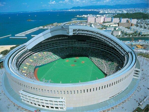 【ヤフオク!ドーム隣接】試合に勝った日は屋根がオープンすることも。
