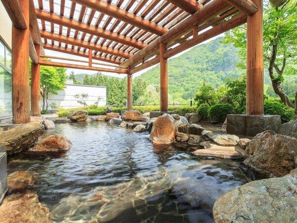 【ホテルさつき】露天風呂(昼)。四季折々の自然の表情をお楽しみ下さい。
