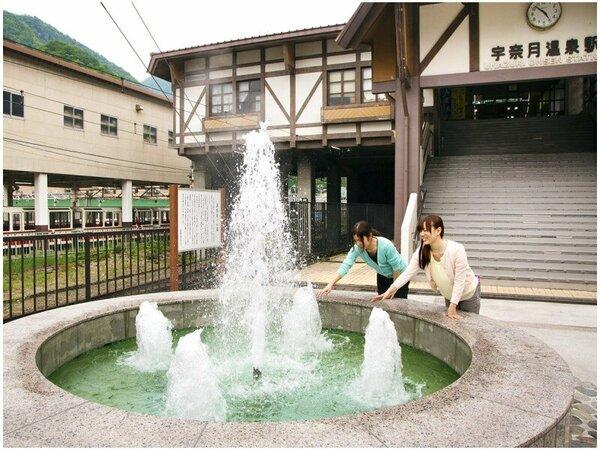 """◆温泉噴水◆駅を出ると""""温泉噴水""""がお出迎え♪あついので触る時はお気をつけて!"""