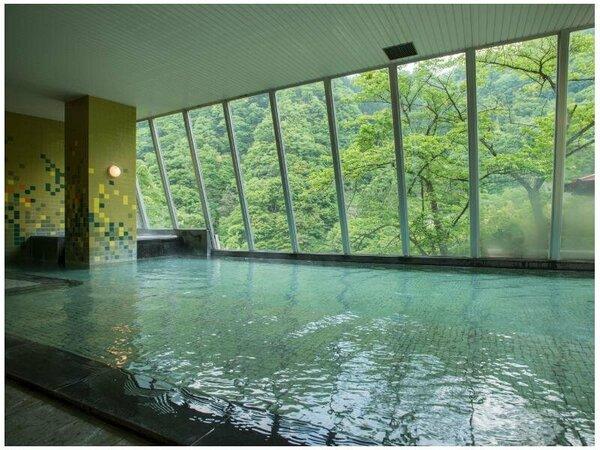 【男性大浴場・翠泉】広々とした浴槽からは黒部峡谷の自然が一望できます。