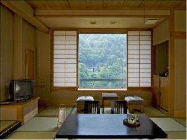 4名様までご利用できる黒部川を眺められるお風呂・トイレがついた和室です。