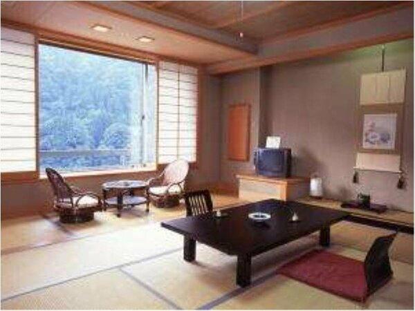 黒部川が眺められる和室。4名様までご利用可能なお風呂・トイレ付き和室です。