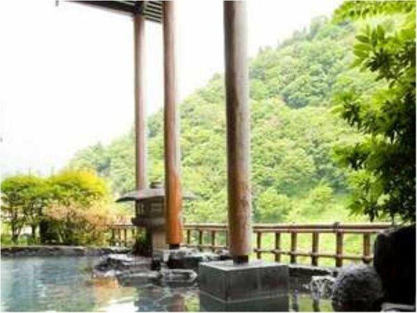 目の前に迫る山々を見ながら入る露天風呂は最高です。