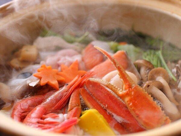 富山湾の恵みがギュッと詰まった海鮮寄せ鍋。あつあつをどうぞ