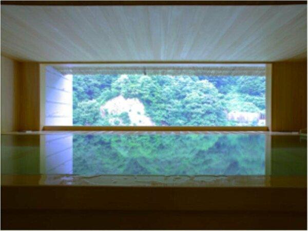 湯量たっぷりで、美しい山並みのシュルエットが望める露天風呂「華の湯」