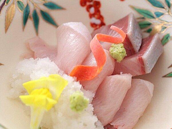 冬が美味しい富山の寒ブリ。炙りと刺身の2種盛り。さっぱりと大根おろしを添えてお召し上がりください