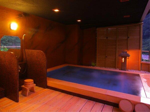露天風呂 【琴音の湯】 ―檜の香りが心地よく壁は風情溢れる土壁となっております。―