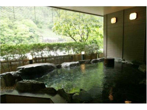湯量豊富で無色透明な温泉は、周りの景色を幻想的に 映し出します