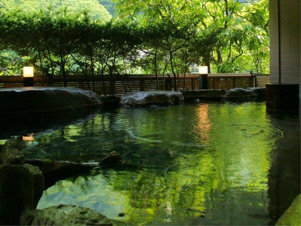 露天風呂 【琴音の湯】 ―お肌に優しい緑石を使用。水面に映し出される幻想的な風景に癒されます。―