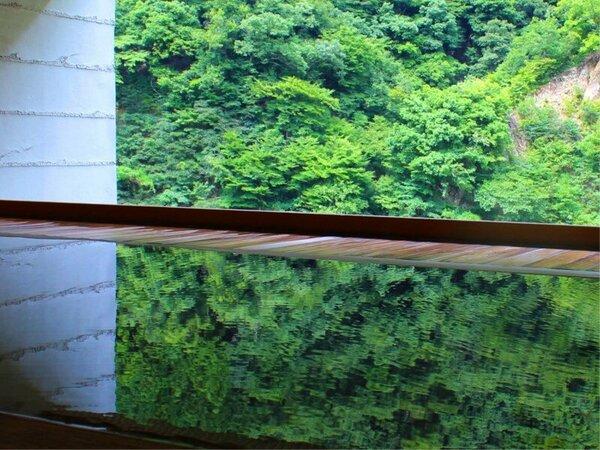 露天風呂 【華の湯】―額縁に見たてた檜の枠から臨む峡谷と湯鏡に写る景色が美しい樹齢四百年の総檜風呂―