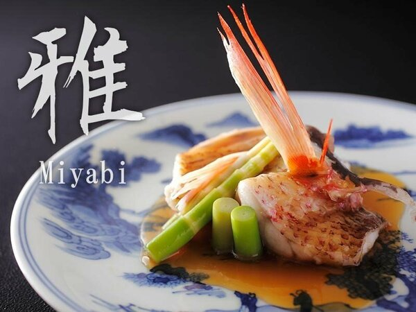 【雅:旬魚炊き合わせ】昭和初期の染付の器に盛られた旬魚の炊き合わせ